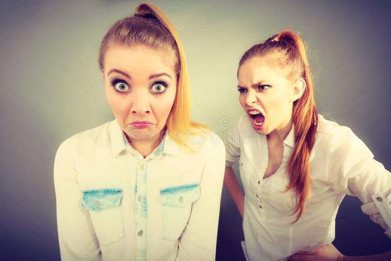 Ragazza arrabbiata di furia che grida al suo amico o più giovane sorella immagine stock