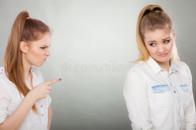 Ragazza arrabbiata di furia che grida al suo amico o più giovane sorella fotografia stock libera da diritti