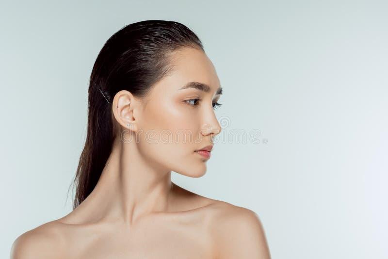 ragazza asiatica attraente su grey fotografia stock libera da diritti