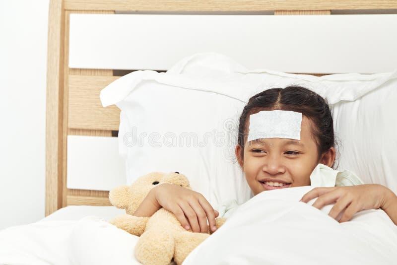 Ragazza asiatica che dorme nell'ospedale fotografie stock