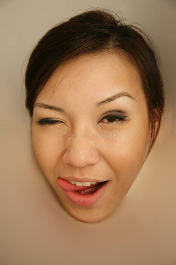 Ragazza asiatica che esamina visore fotografia stock libera da diritti