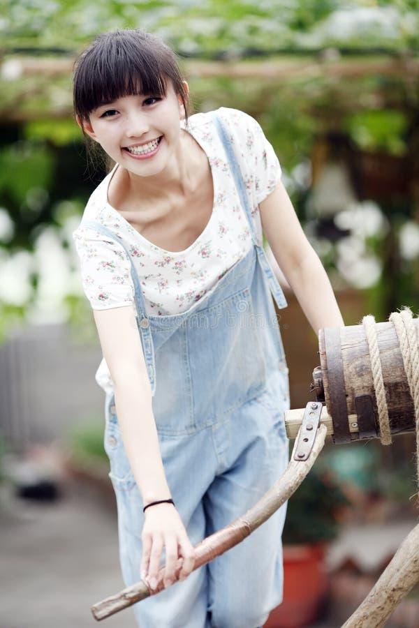 Ragazza asiatica che gode della vita dell'azienda agricola. immagini stock