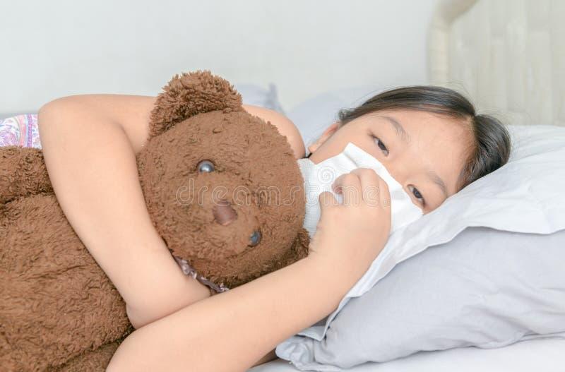 Ragazza asiatica che soffia il naso dal tessuto fotografia stock libera da diritti