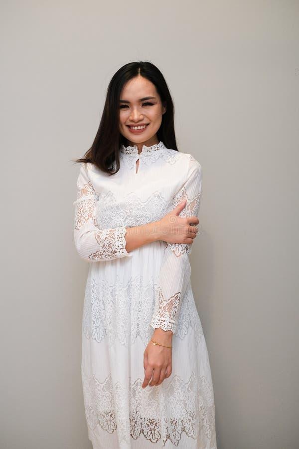 Ragazza asiatica con l'attrezzatura piacevole, portante un vestito lungo dal pizzo immagine stock libera da diritti
