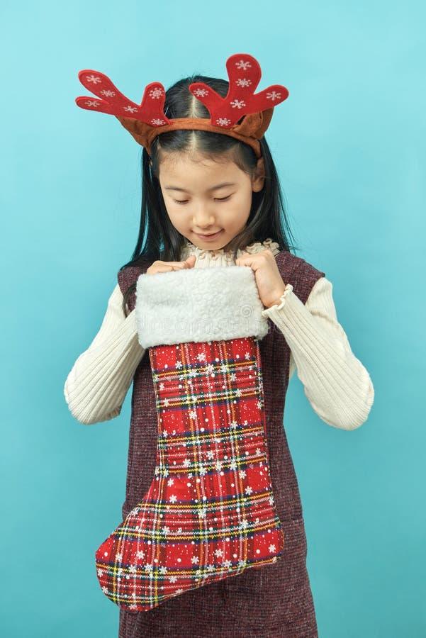 Ragazza asiatica con un bambino del copricapo di concetto di Natale immagini stock
