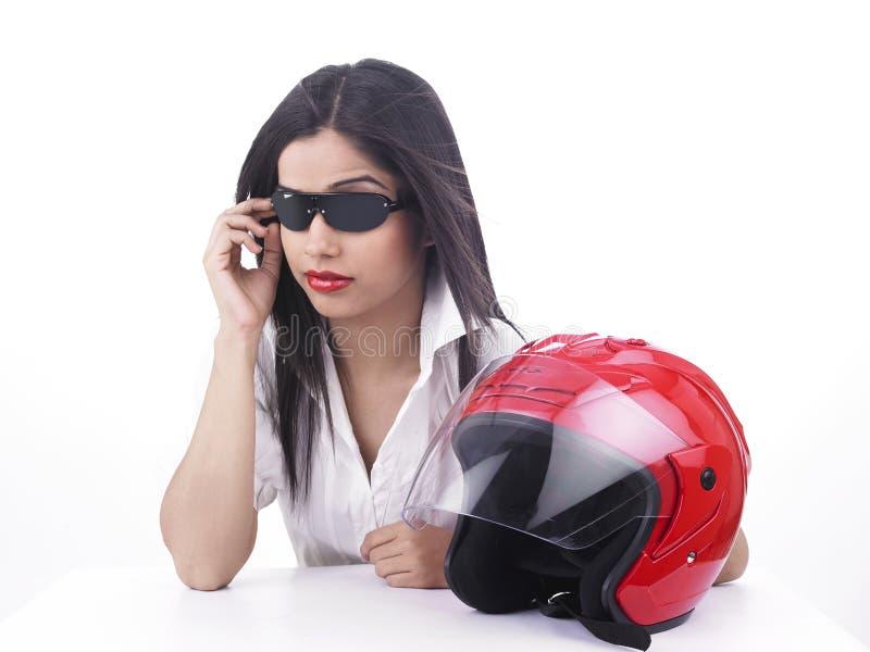 Ragazza asiatica del motociclista con un casco immagini stock