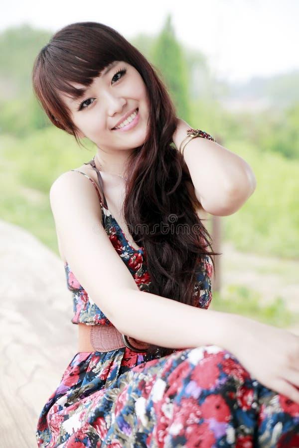 Ragazza asiatica esterna fotografie stock