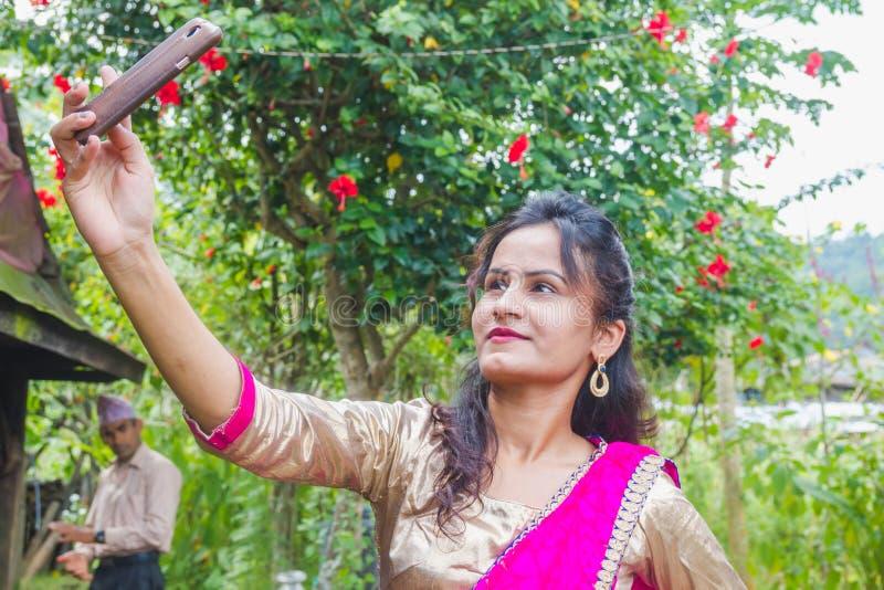 Ragazza asiatica felice che prende selfie con Smartphone fotografia stock