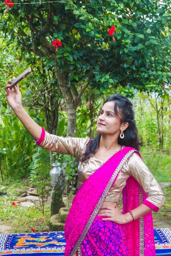 Ragazza asiatica felice che prende selfie con Smartphone immagine stock