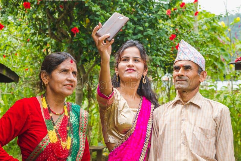 Ragazza asiatica felice che prende selfie con Smartphone fotografie stock libere da diritti