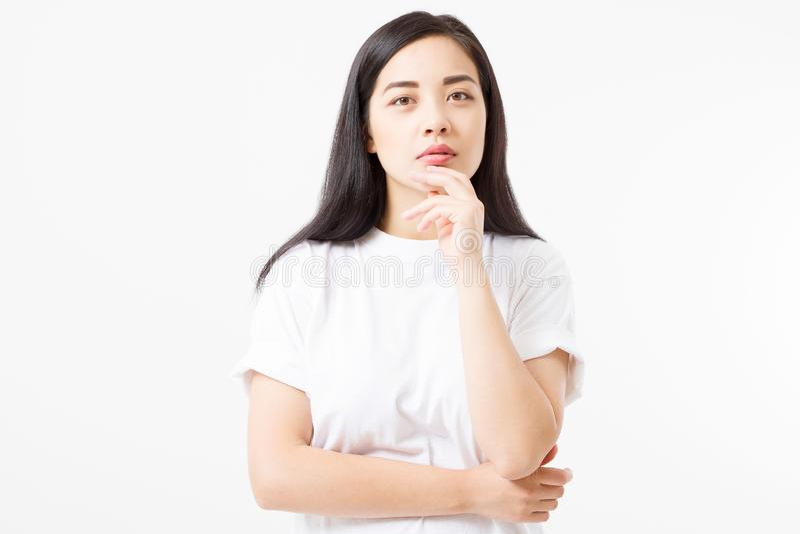 Ragazza asiatica giovane di pensiero isolata su fondo bianco Copi lo spazio Derisione su La donna dell'estate copre la maglietta  immagine stock