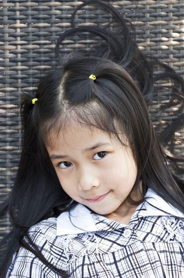 Piccola posa asiatica della ragazza. immagine stock