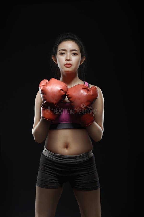 Ragazza asiatica sexy con i guantoni da pugile nel suo petto fotografie stock libere da diritti