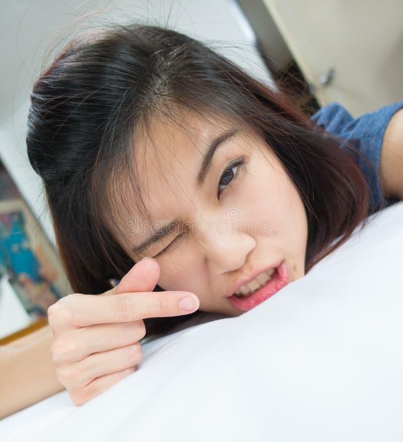 Ragazza asiatica sveglia che mostra il segno del cuore di amore immagini stock libere da diritti