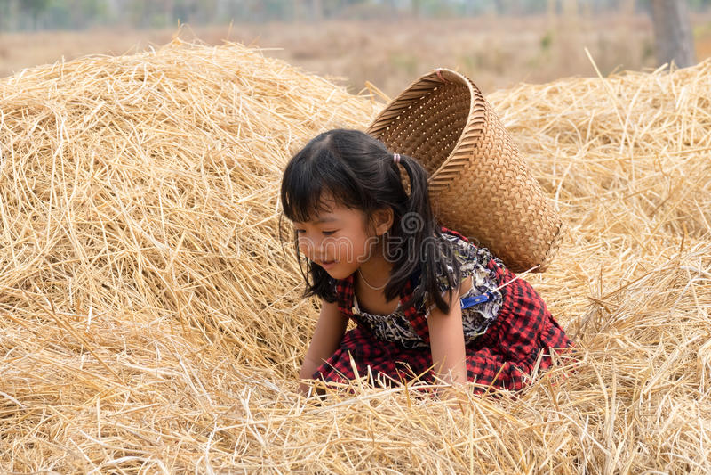 Ragazza asiatica sveglia con il canestro fotografie stock