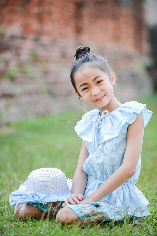 Ragazza asiatica sveglia sul vestito tailandese fotografie stock