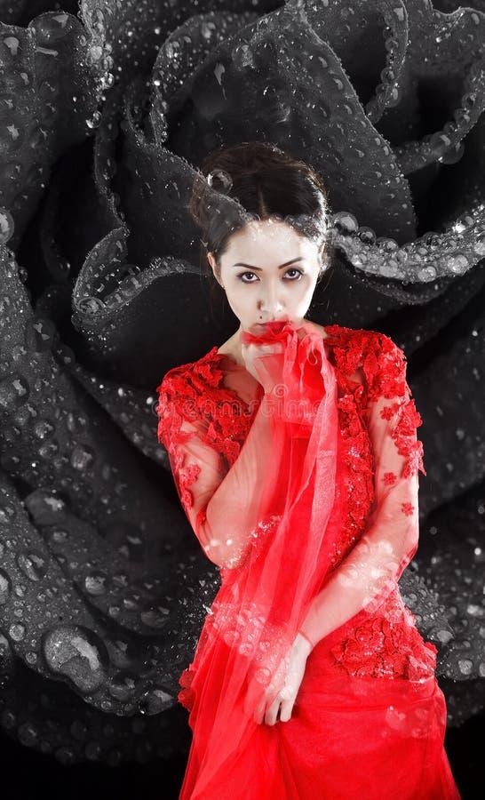 Ragazza asiatica in un vestito trasparente rosso fotografia stock libera da diritti