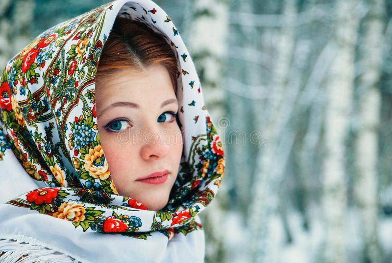 Ragazza - aspetto dello slavo avvolto in una sciarpa nell'inverno fotografia stock libera da diritti