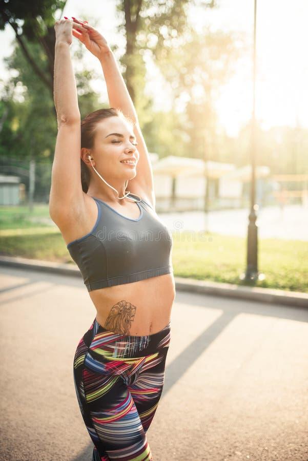 Ragazza atletica su addestramento di forma fisica di mattina nel parco immagine stock libera da diritti