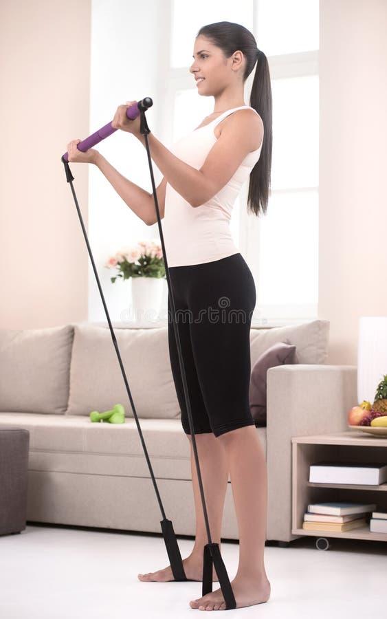 Ragazza attiva a casa. Vista laterale delle giovani donne sicure nello sport immagini stock