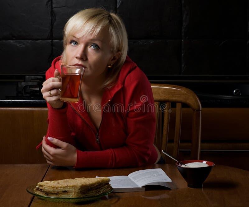 Ragazza attraente in caffè fotografia stock libera da diritti