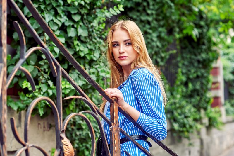 Ragazza attraente in città Bella donna alla moda di estate all'aperto fotografie stock