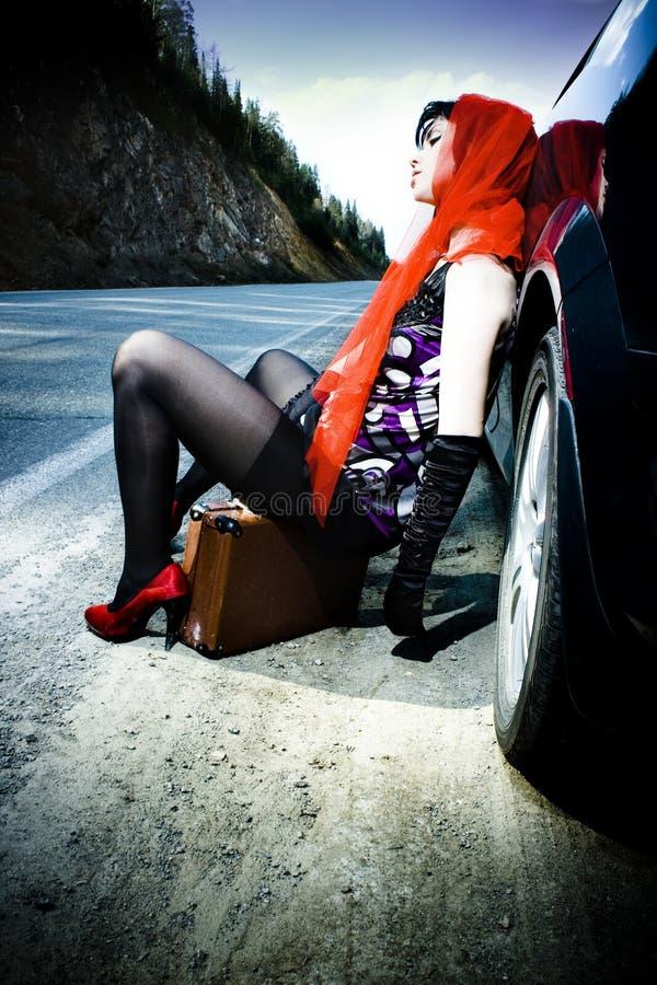 Ragazza Attraente Con La Valigia Vicino All Automobile Fotografia Stock Libera da Diritti
