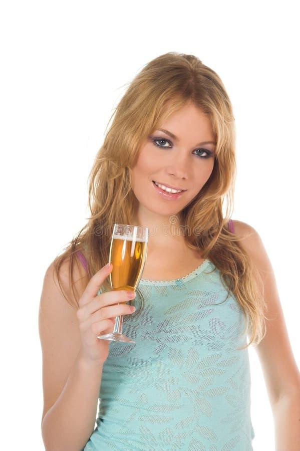 Ragazza attraente del blondie con vetro di vino a disposizione immagine stock