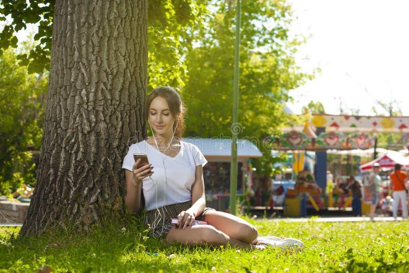 Ragazza attraente dello studente nell'aria aperta del parco fotografia stock libera da diritti