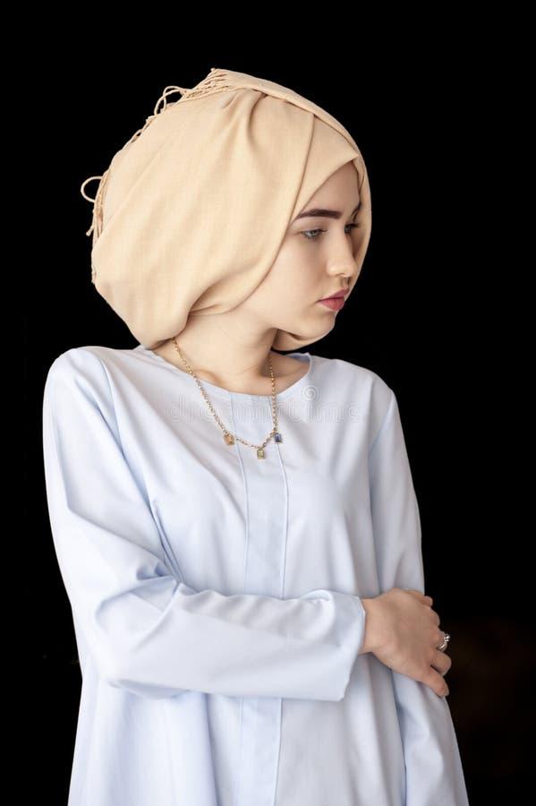 Ragazza attraente islamica in un bello cappello su un fondo nero isolato fotografie stock