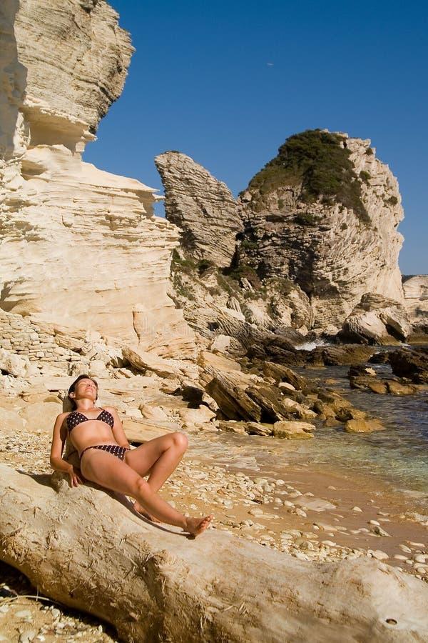 Ragazza attraente sulla spiaggia fotografia stock