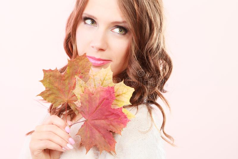 Ragazza autunnale adorabile con le foglie di acero a disposizione immagini stock