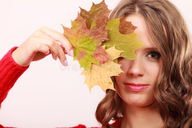 Ragazza autunnale di modo con le foglie di acero a disposizione fotografia stock libera da diritti
