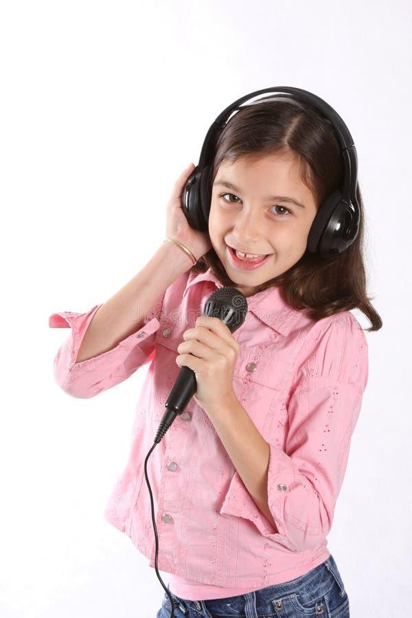 Ragazza/bambino che canta con il microfono fotografie stock