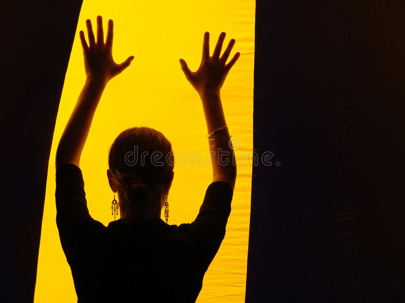 Ragazza in banda gialla fotografie stock libere da diritti