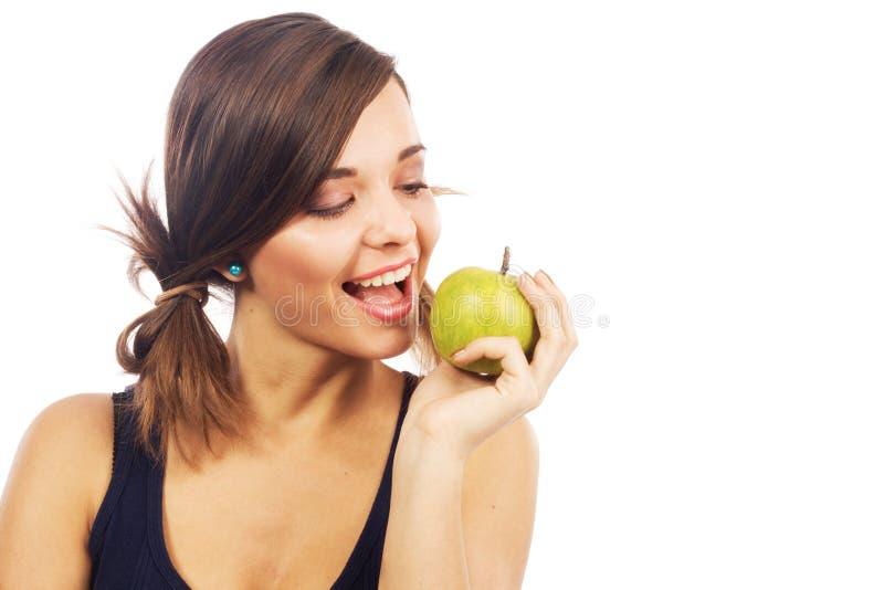 Ragazza bella che morde una mela fotografia stock