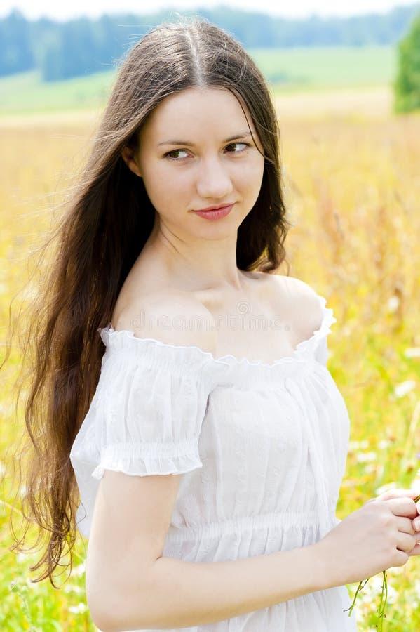 Ragazza bella con capelli lunghi fotografie stock libere da diritti