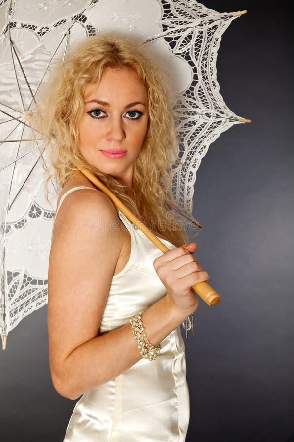 Ragazza bella con l'ombrello immagine stock libera da diritti