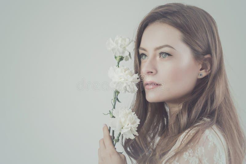 Ragazza bella con un mazzo dei fiori fotografia stock libera da diritti