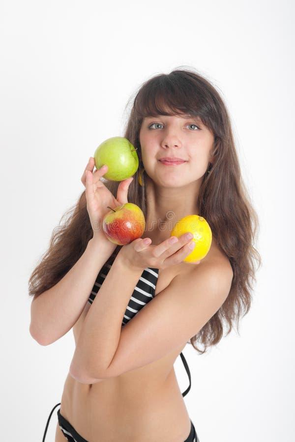 Ragazza in bikini con frutta fotografia stock