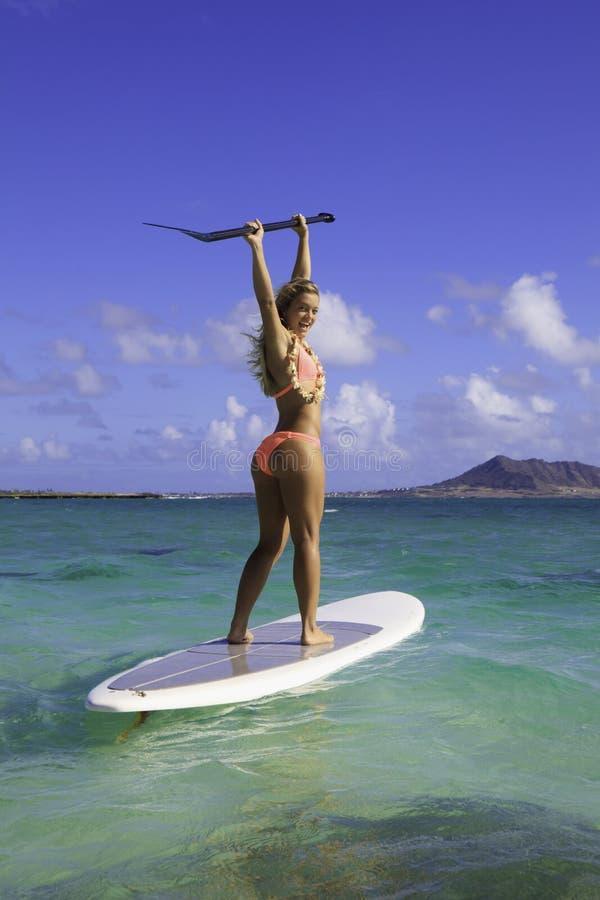 Ragazza in bikini sulla sua scheda di pala immagine stock