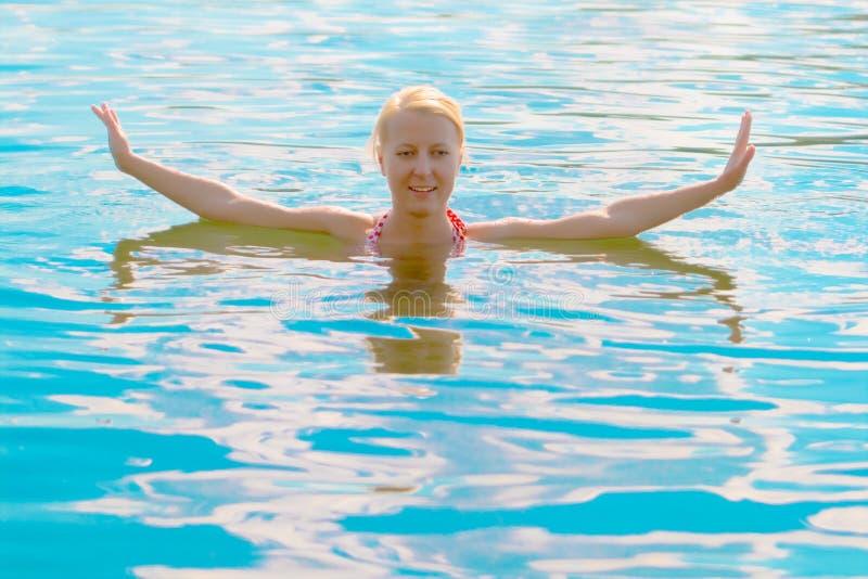 Ragazza bionda in acqua fotografia stock