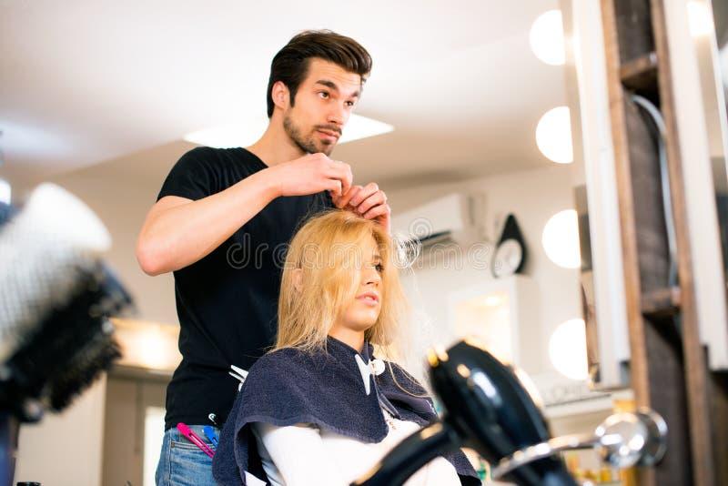 Ragazza bionda al parrucchiere immagine stock