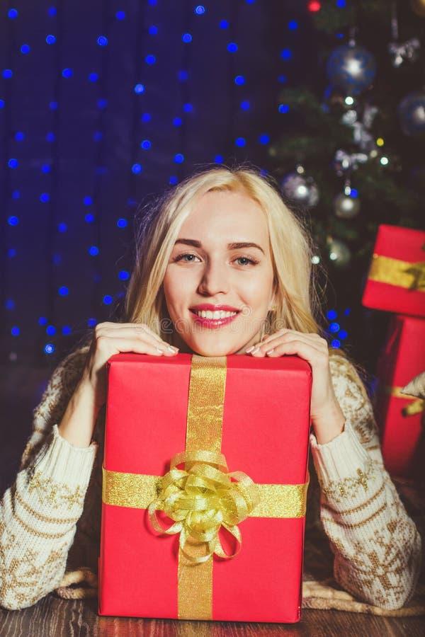 Ragazza bionda con i regali rossi di natale immagini stock libere da diritti
