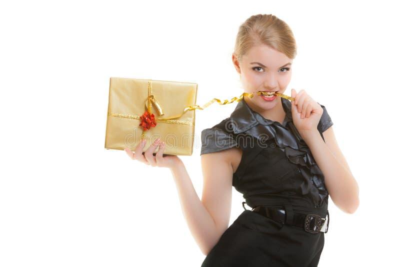 Ragazza bionda con il nastro dorato del contenitore di regalo di natale in denti. Festa. fotografia stock libera da diritti