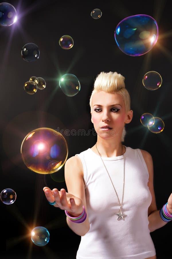 Ragazza bionda con le bolle di sapone fotografie stock libere da diritti