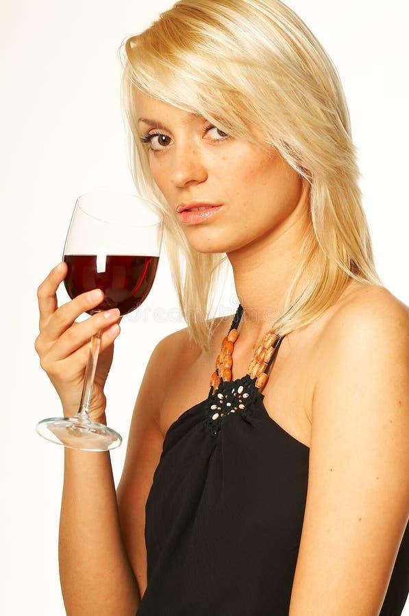 Ragazza bionda con vetro di vino fotografie stock libere da diritti