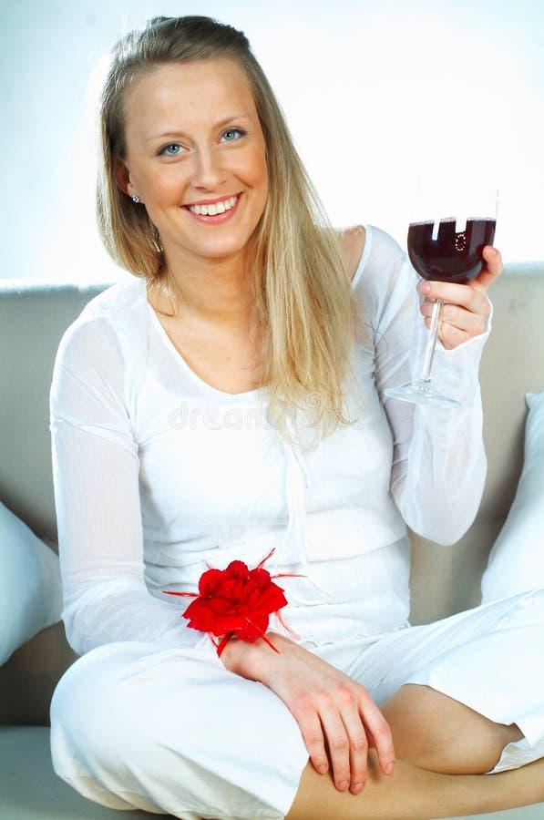 Ragazza bionda con vetro di vino fotografia stock