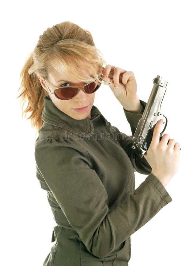 Ragazza bionda del soldato con la pistola fotografia stock libera da diritti