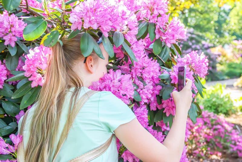Ragazza bionda dell'adolescente con lo smartphone all'aperto fotografia stock libera da diritti